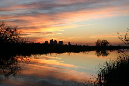 湾の海岸に沿っての夕方の空