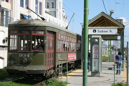 New Orleans, Louisiana - March 1, 2008: Stret car at the Toulouse St. stop in downtown New Orleans 新聞圖片