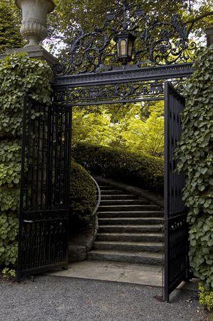 puertas de hierro: Puertas de Hierro en una finca en el Hudson con escalera