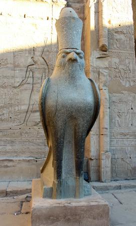 horus: Estatua egipcia del dios Horus Edfu Egipto Foto de archivo