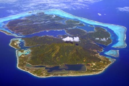 islandn del huahine en Polinesia francesa, con el aeropuerto en primero plano