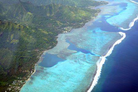 blue lagoon: Isola del Pacifico laguna, Moorea, Polinesia francese, vista aerea