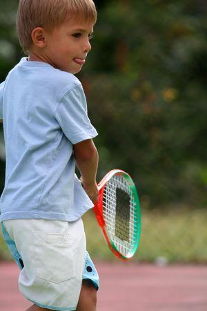 jugando tenis: pibe jugar al tenis  Foto de archivo