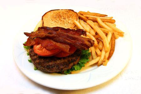 plato del buen comer: hamburguesa asada a la parilla del tocino