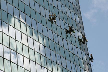 cleaning team: equipo de la limpieza de la ventana en buiding