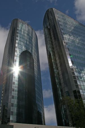 schittering: Glas skyscrappers met de zon schittering