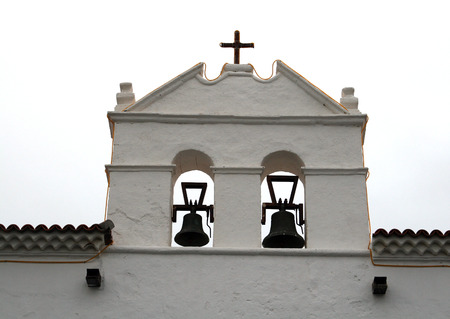 double cross: doppio campanile di una chiesa in cima Archivio Fotografico