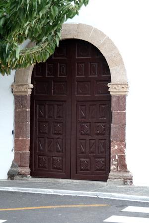 double cross: doppio ingresso porta di legno di una chiesa