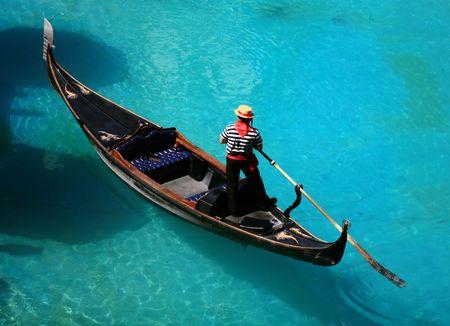 Venezianischen Gondelbahn auf dem blauen Wasser Standard-Bild - 6613522