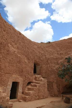 traditional tunisian desert underground house Standard-Bild