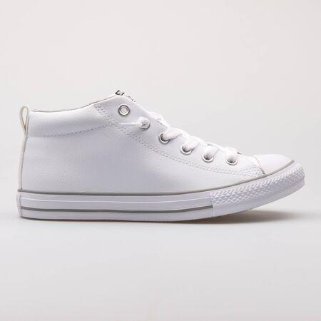 Vienne, Autriche - 30 août 2017 : Converse Chuck Taylor All Street Mid sneaker blanc sur fond blanc. Éditoriale