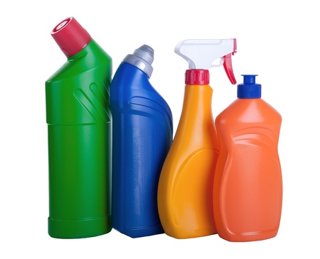 productos de limpieza: Surtido de productos de limpieza para el hogar de fondo blanco