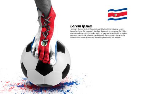 bandera de costa rica: Imagen abstracta de jugador de fútbol, ??salpicaduras de colores con bola del deporte en el fondo blanco Foto de archivo