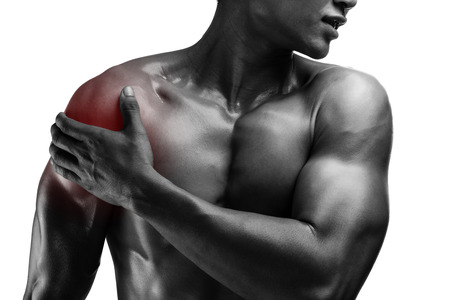 epaule douleur: jeune homme muscl� avec douleur � l'�paule, isol� sur fond blanc Banque d'images