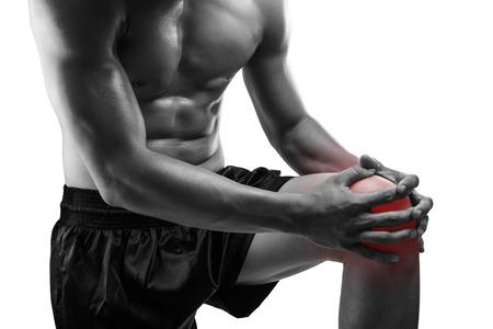de rodillas: Hombre joven con dolor en la rodilla, aislado en fondo blanco