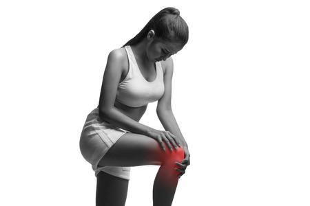 dolor de rodilla: Mujer que hace que el dolor de rodilla aislado en un fondo blanco con trazado de recorte