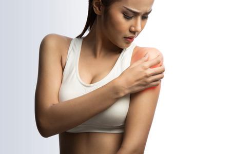 jonge gespierde vrouw met pijn in de schouder, op een witte achtergrond met het knippen van weg