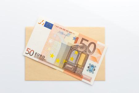 Le banconote in euro su sfondo bianco busta Archivio Fotografico - 35640304
