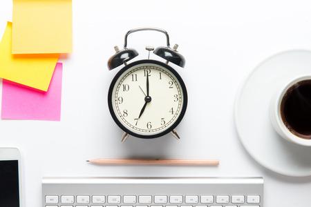 オフィス デスク、事務用品と表で作業トップ ビュー 写真素材