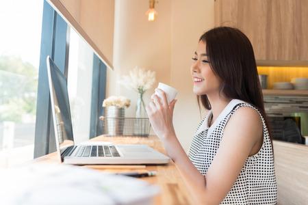 Hermosa mujer de negocios con un ordenador portátil Foto de archivo - 39237047