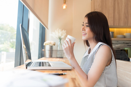 cafe internet: Hermosa mujer de negocios con un ordenador portátil Foto de archivo