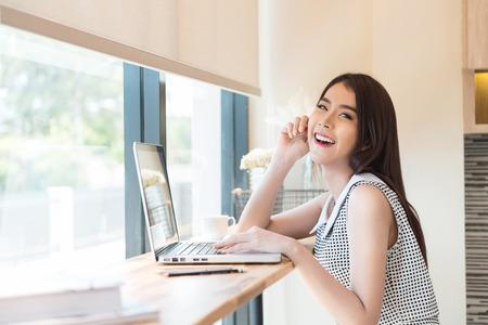 노트북 컴퓨터를 사용하는 아름 다운 비즈니스 여자 스톡 콘텐츠