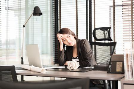 노트북 책상에 피곤하고 졸려 젊은 비즈니스 여자 스톡 콘텐츠