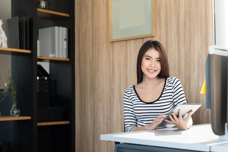 mujer alegre: Joven y bella mujer usando un Tablet