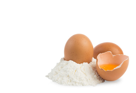 huevo blanco: pila de harina y huevos aislados en blanco con trazado de recorte Foto de archivo