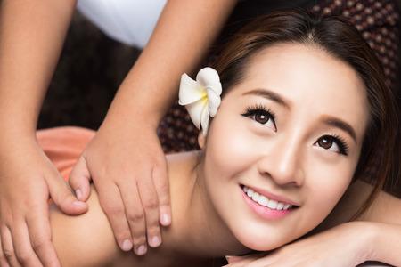 lifestyle: アジアの女性は、マッサージやスパトリートメント サロン美容治療コンセプトを持ちます。
