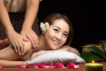 美しさ: アジアの女性は、マッサージやスパトリートメント サロン美容治療コンセプトを持ちます。
