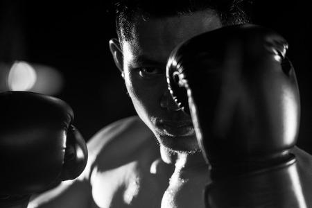guantes: Hombre del boxeo listo para luchar. en blanco y negro Foto de archivo