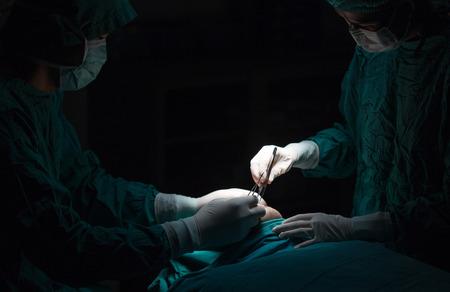 Plástico reducción de las arrugas de la cirugía, el hombre asiático durante la cirugía utilizando un bisturí, la cirugía plástica.