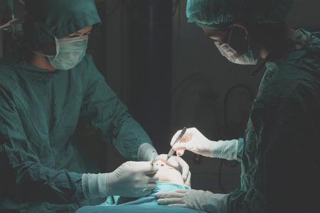 美容整形しわの削減、メス、整形外科による手術中にアジア人男性。