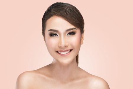 아름 다운 건강 한 얼굴, 클리핑 패스와 함께 핑크 배경 위에 매력적인 여자의 스튜디오 샷 젊은 웃는 여자의 아름다움 초상화.