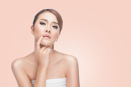 ojos tristes: retrato de la hermosa mujer asiática pensamiento natural y expresiva y mirando la cámara en el fondo de color rosa con el camino de recortes.