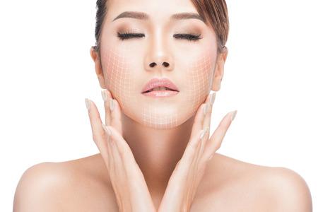 la belleza, la cirugía plástica, el envejecimiento, las personas y el concepto de salud - mujer hermosa joven tocando la cara con el levantamiento de las flechas aislados en blanco con trazado de recorte