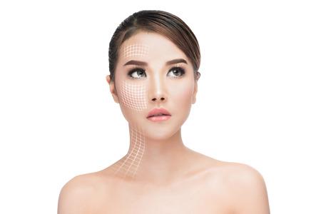 Face lift trattamento anti-età, donna portraitAsian con linee grafiche che mostrano effetto lifting facciale sulla pelle, antiaging concetto.