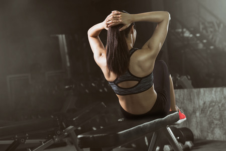 아시아 여자 체육관에서 윗몸 일으키기를 하 고, 복 부 운동 앉아. 스톡 콘텐츠