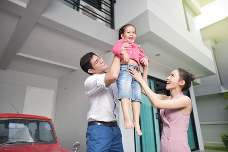 家の前に娘と幸せな親