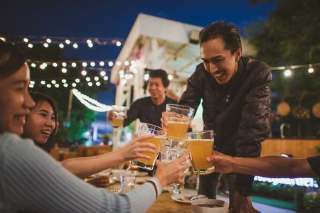 축제를 축 하 하 고 저녁 음료, 빈티지 스타일을 즐기는 친구의 그룹입니다. 스톡 콘텐츠