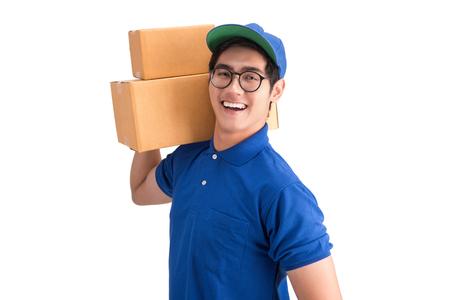 Vrolijke bezorgingsman. Gelukkige jonge koerier die een kartonnen doos houdt en glimlacht terwijl hij staat geïsoleerd met uitknippad.