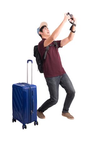 Líder de viajeros . joven asiático con maleta y cámara aislada en blanco con trazado de recorte Foto de archivo - 86565510
