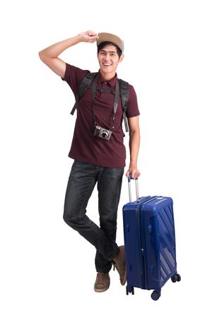 Człowiek podróżnik. Młody azjatycki człowiek z walizką i aparatem na białym tle biały ze ścieżką przycinającą.