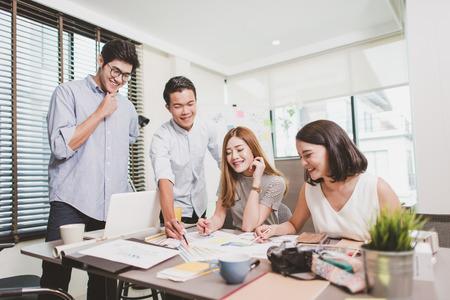 オフィス デスクに取り組んでいるビジネス人々 のグループ