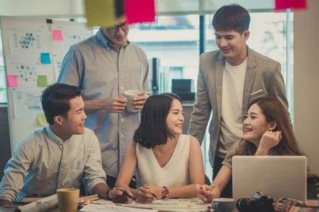 Executivos asiáticos que trabalham junto no escritório, imagem tonificada.