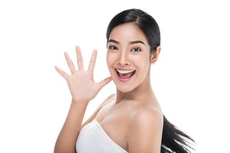 De mooie vrouw zorgt voor het huidgezicht dat hallo-teken, Aziatische schoonheid toont. Stockfoto