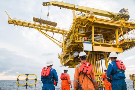 交通機関の労働者は、オフショアリグにボートします。産業。エネルギー。電力・石油・ ガス