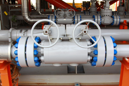 Oil and gas processing plant with pipe line valves Banco de Imagens