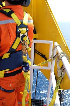 해양 안전 장치와 건설 현장 노동자.